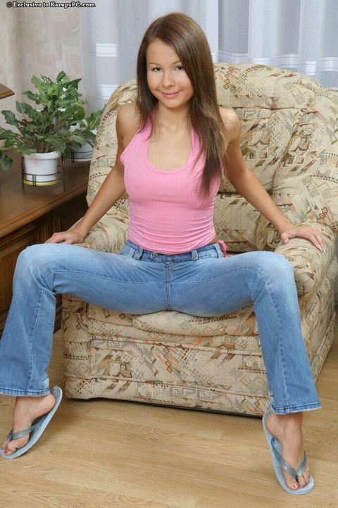 Она раздвинула ножки и показывает небритую киску - порно фото